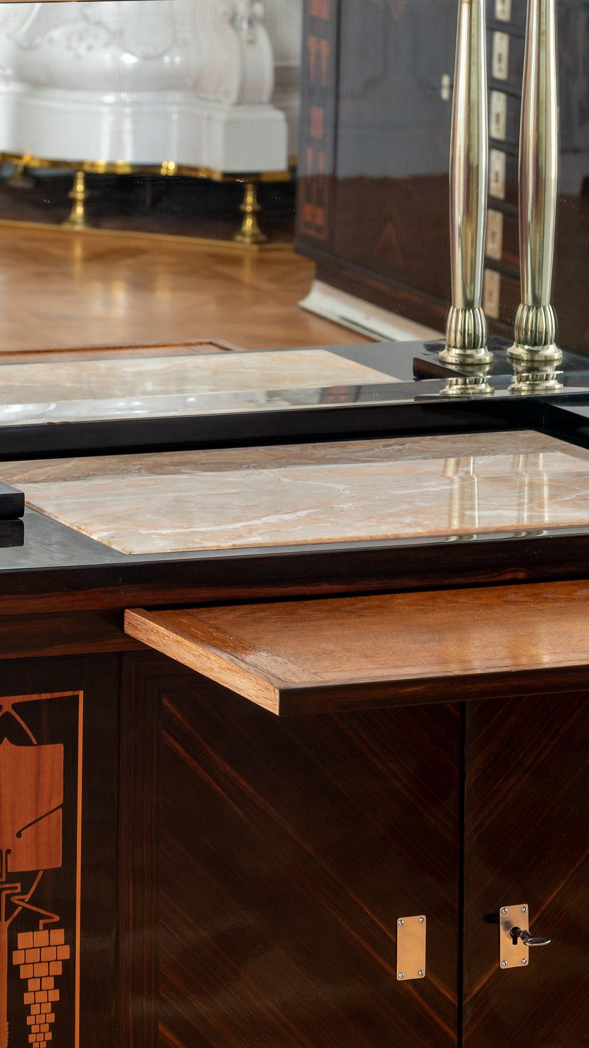 HM Jugendstilgruppe Cabinetklausgezogene Tischplatte